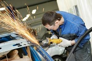b2ap3_thumbnail_Automotive-Technician-Building-Car-Image-3.jpg